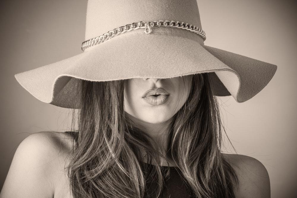 femme chapeau cheveux