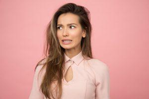Que signifient les pertes marron chez une femme?