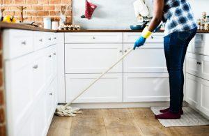Le mélange de bicarbonate de soude et de vinaigre blanc est-il efficace pour le ménage?